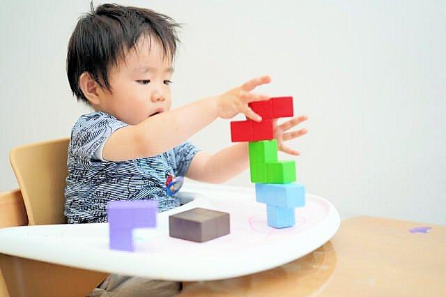 積み木で遊ぶ赤ちゃん画像