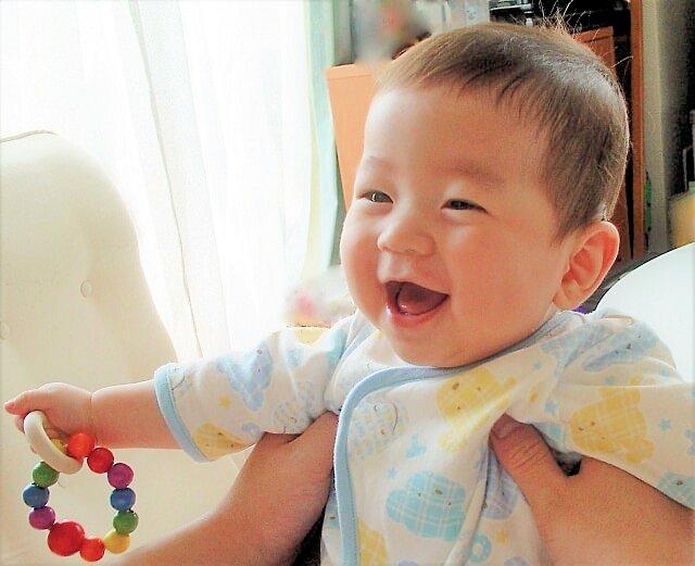 木のおもちゃで遊ぶ赤ちゃん画像