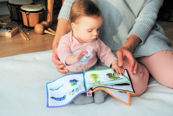 絵本を読ませる母画像